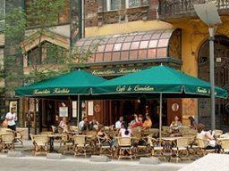 zöld napernyő komédiás kávéház