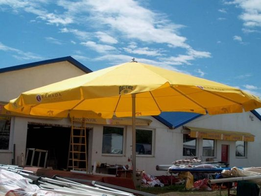 sárga óriási napernyő