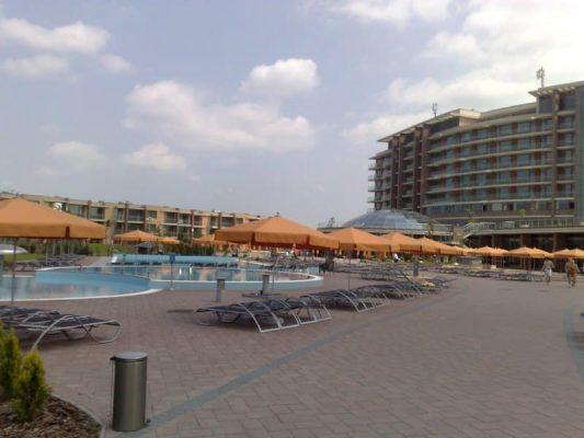 hotel strand narancssárga napernyők