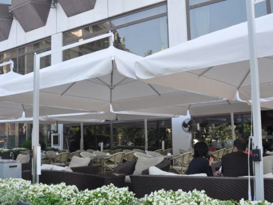 hotel terasz zsiráf napernyő